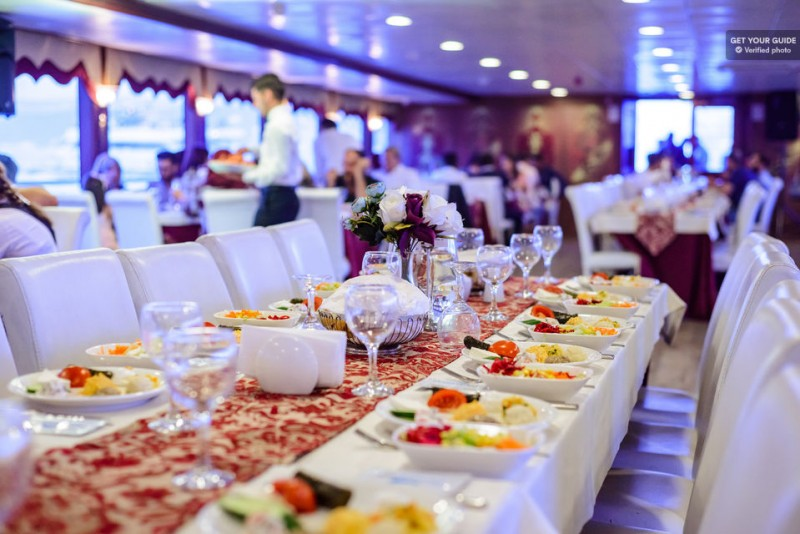 Istanbul: Bosphorus Dinner Cruise with Entertainment